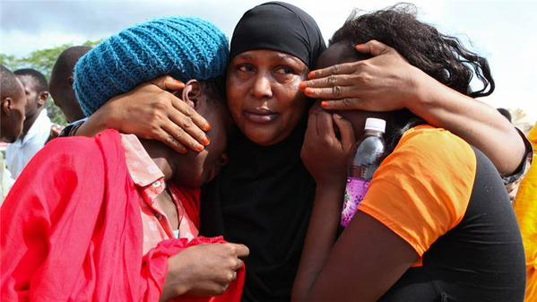 Photo : @MogadishuNews #Kenya families mourn loved ones after #Garissa massacre. #GarissaAttack