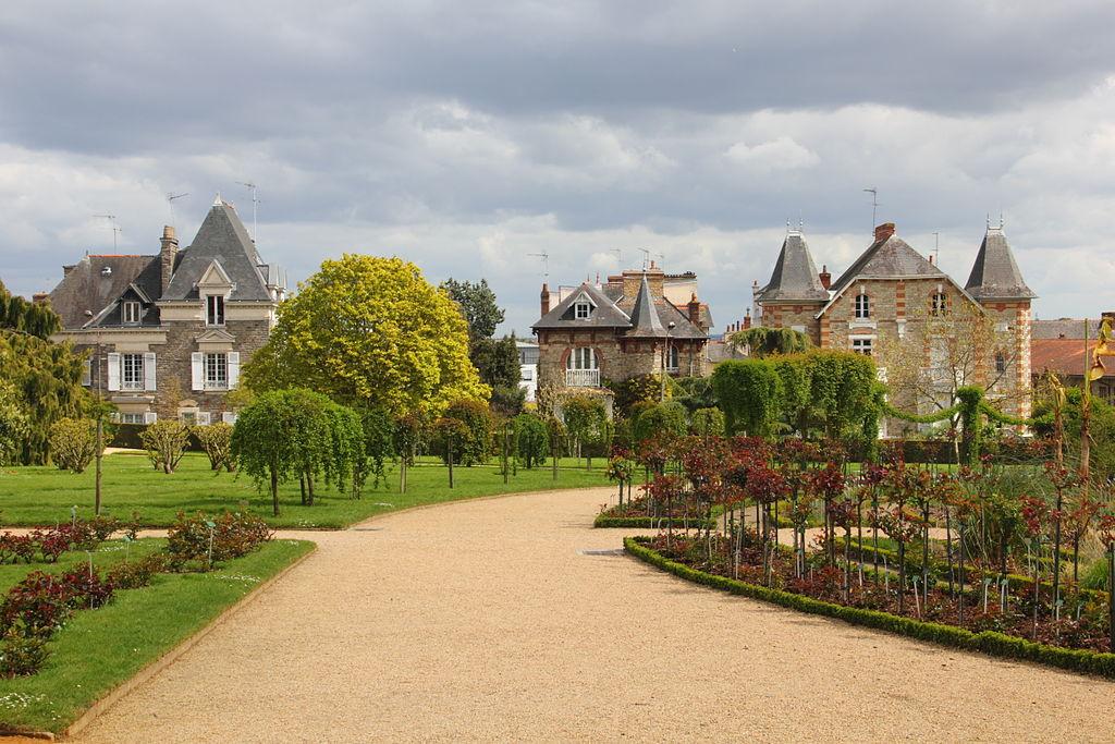 1024px-Chemin_jardin_botanique_Thabor